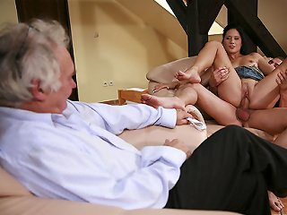 VIDEO !!! Husband watches hard stranger guy wreck her wifes hot pussy on her own birthday